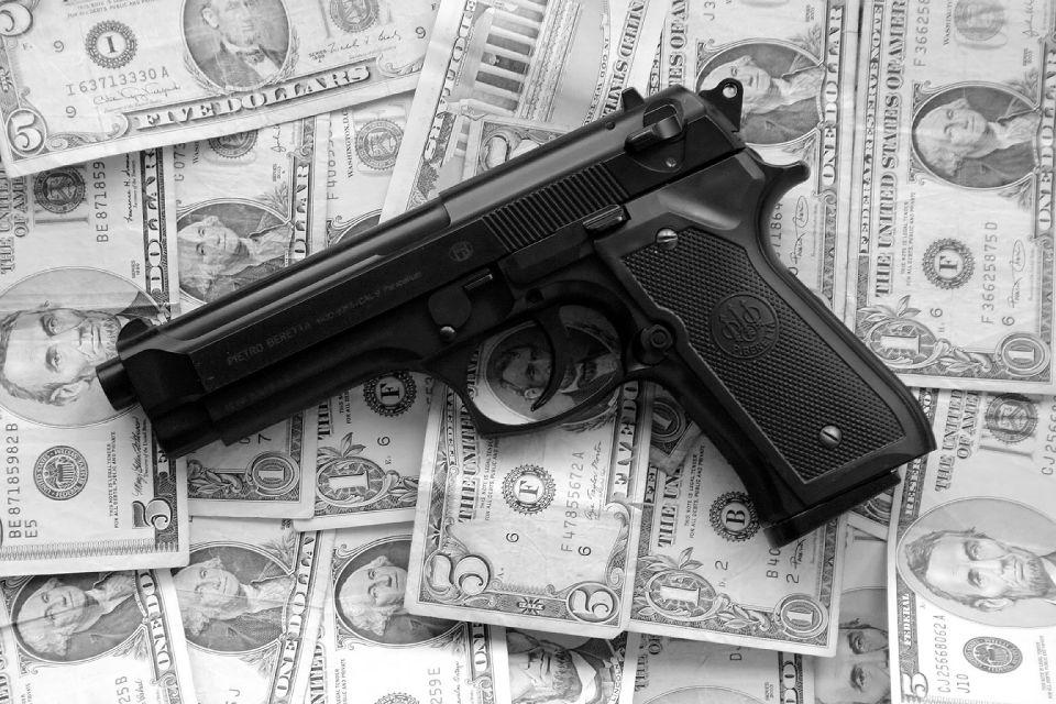 Zbraň - peníze - USD - dolary