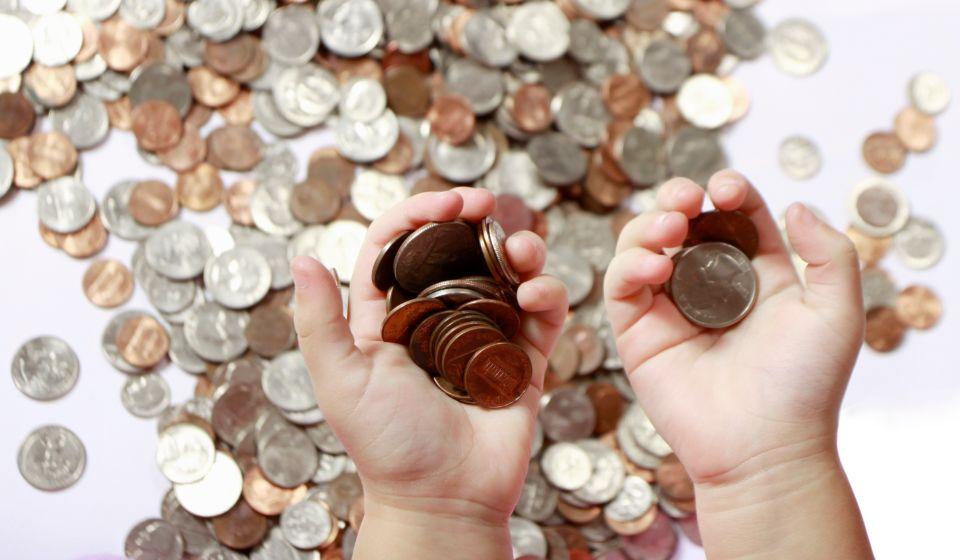 Peníze v dětských rukách - mince - daně z nabytí