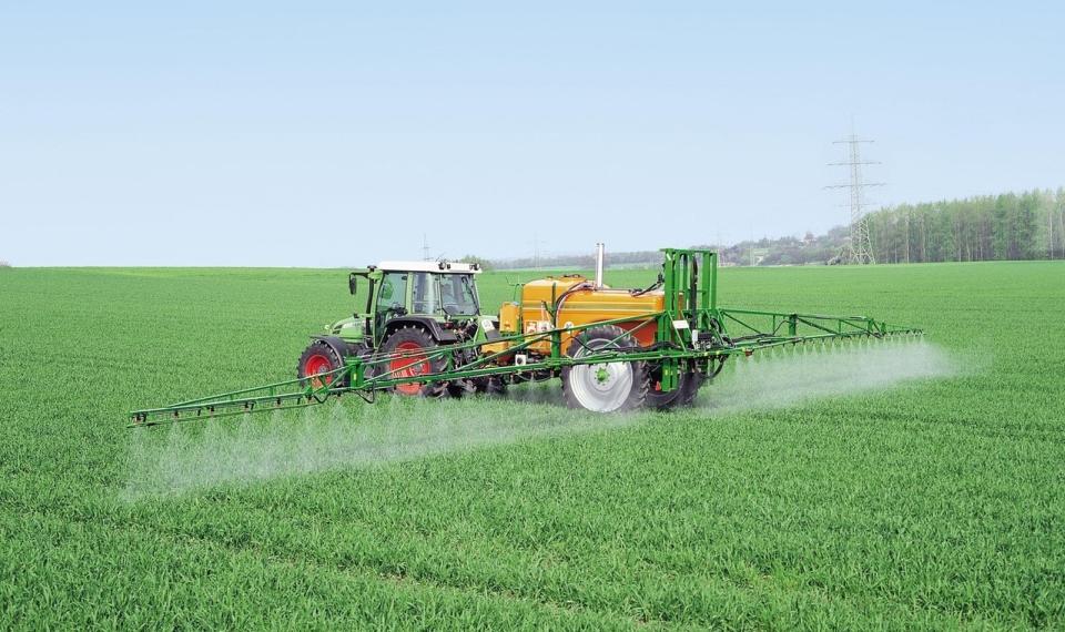 Traktor - zemědělství - zemědělská půda - pěstování obilí